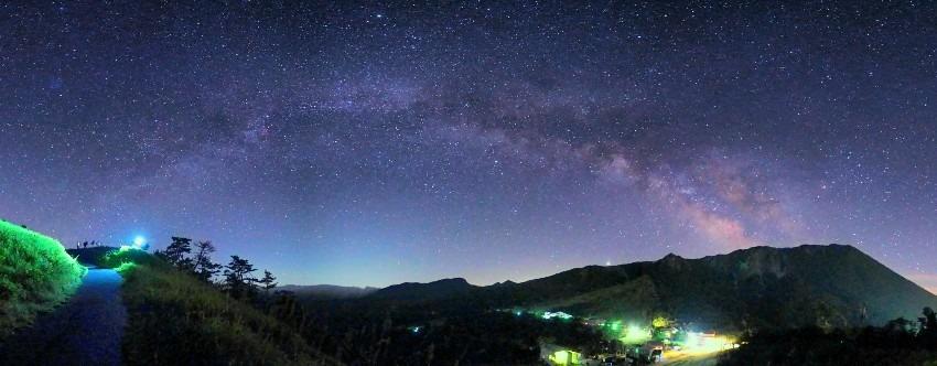 大山の星空を楽しむ人々